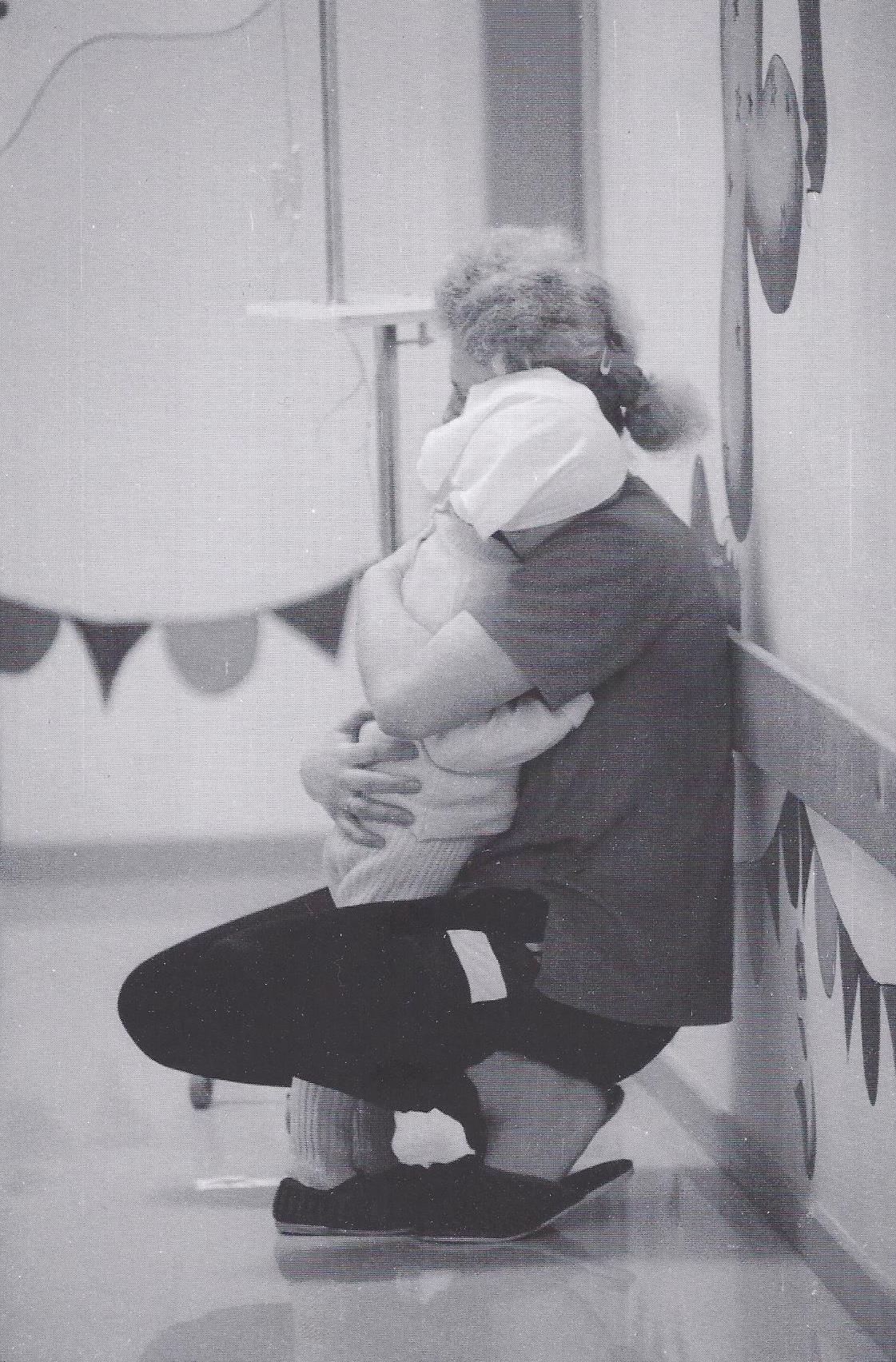 Schwierig. Die zwei Jahre alte Lilyi mit ihrer Mutter während der Behandlung im onkologischen Zentrum. (1998)