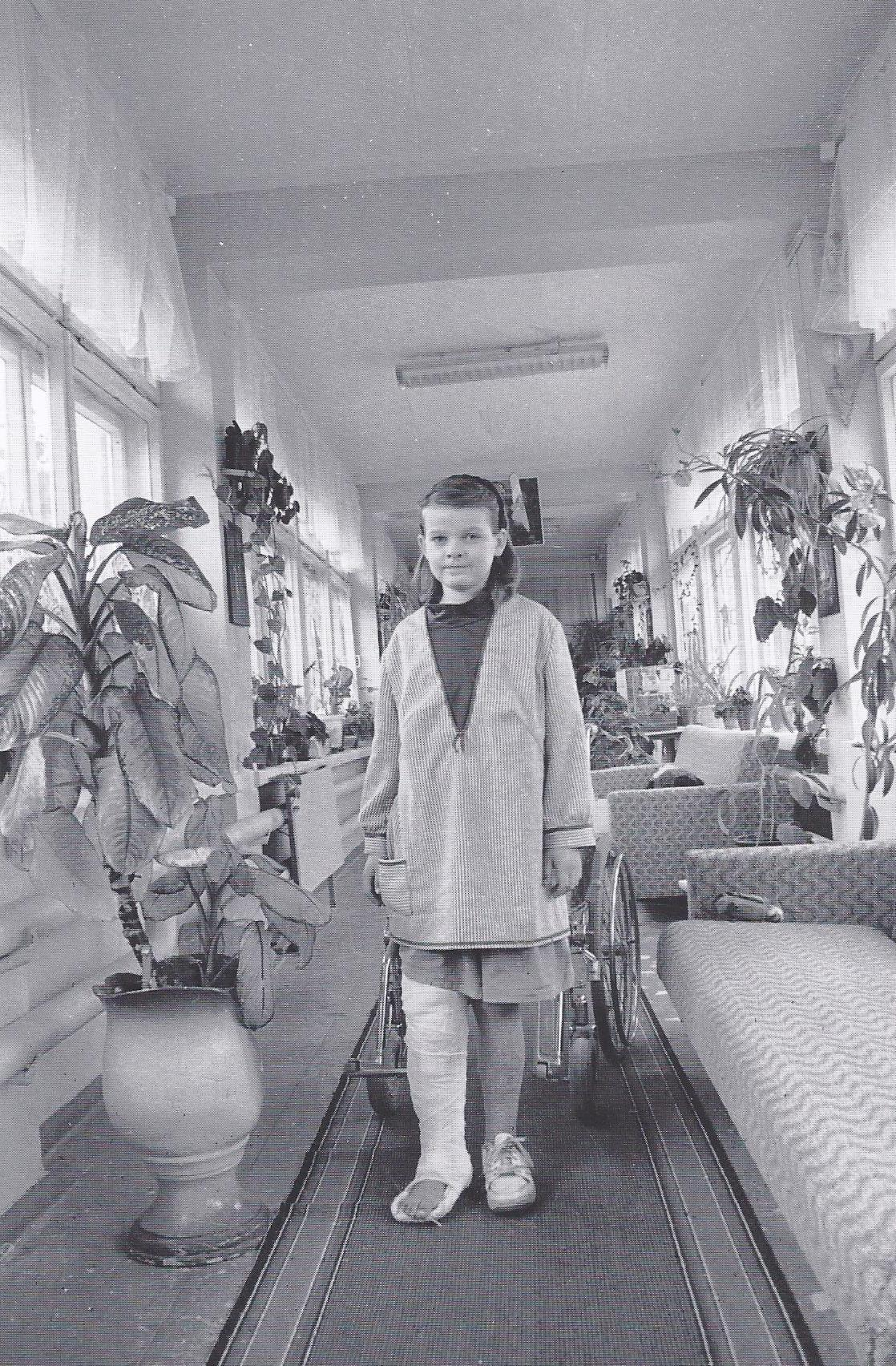 Valya in der Kinderabteilung für Onkologie, ein paar Tage vor der Amputation. Aufnahme zur eigenen Erinnerung - ein letztes Mal steht Valya auf ihren eigenen zwei Beinen. (1995)