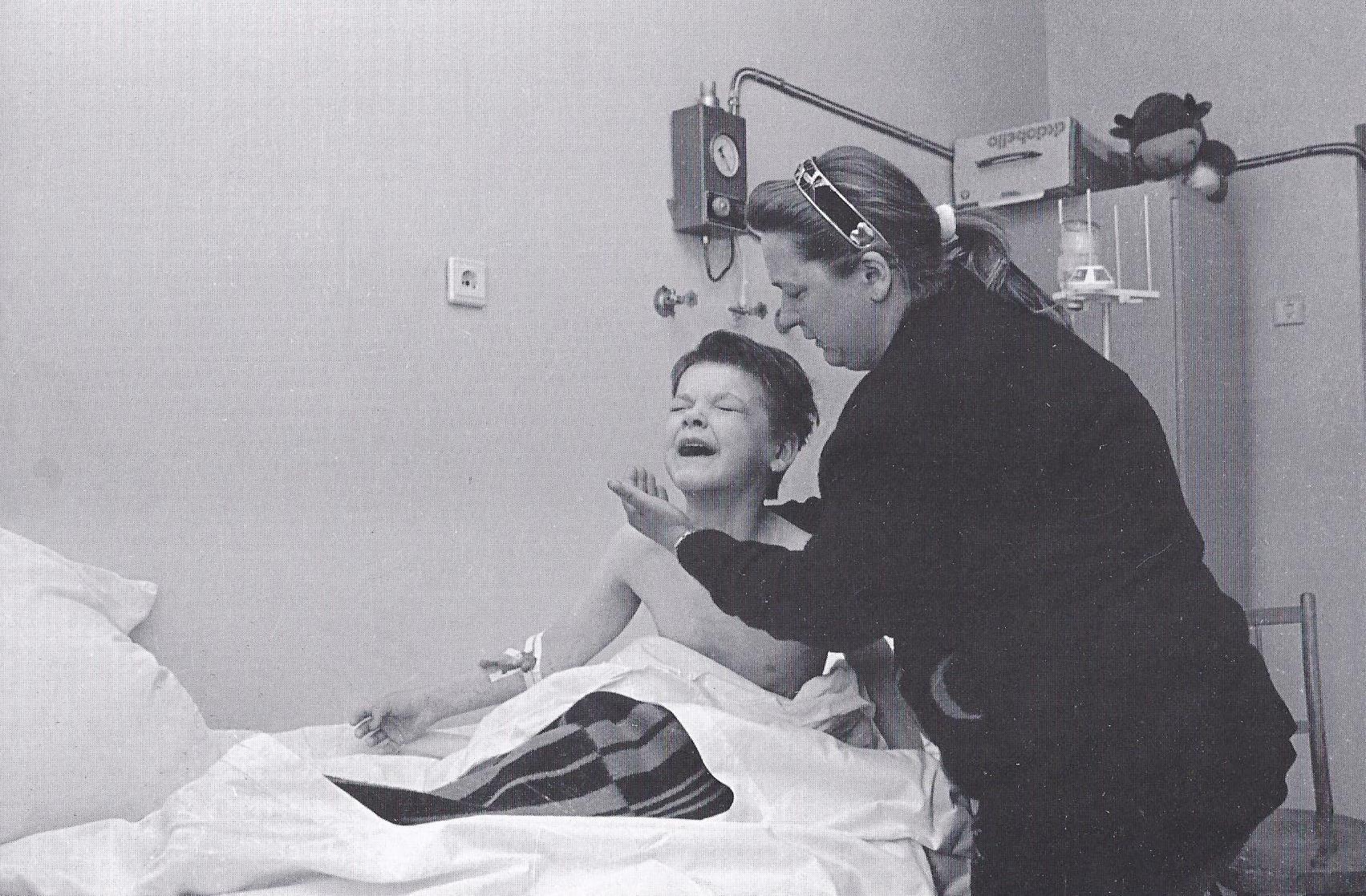 """Valya und ihre Mutter. Erstes Erwachen nach der Beinamputation. Onkologisches Zentrum """"Borovlyany"""". (1995)"""