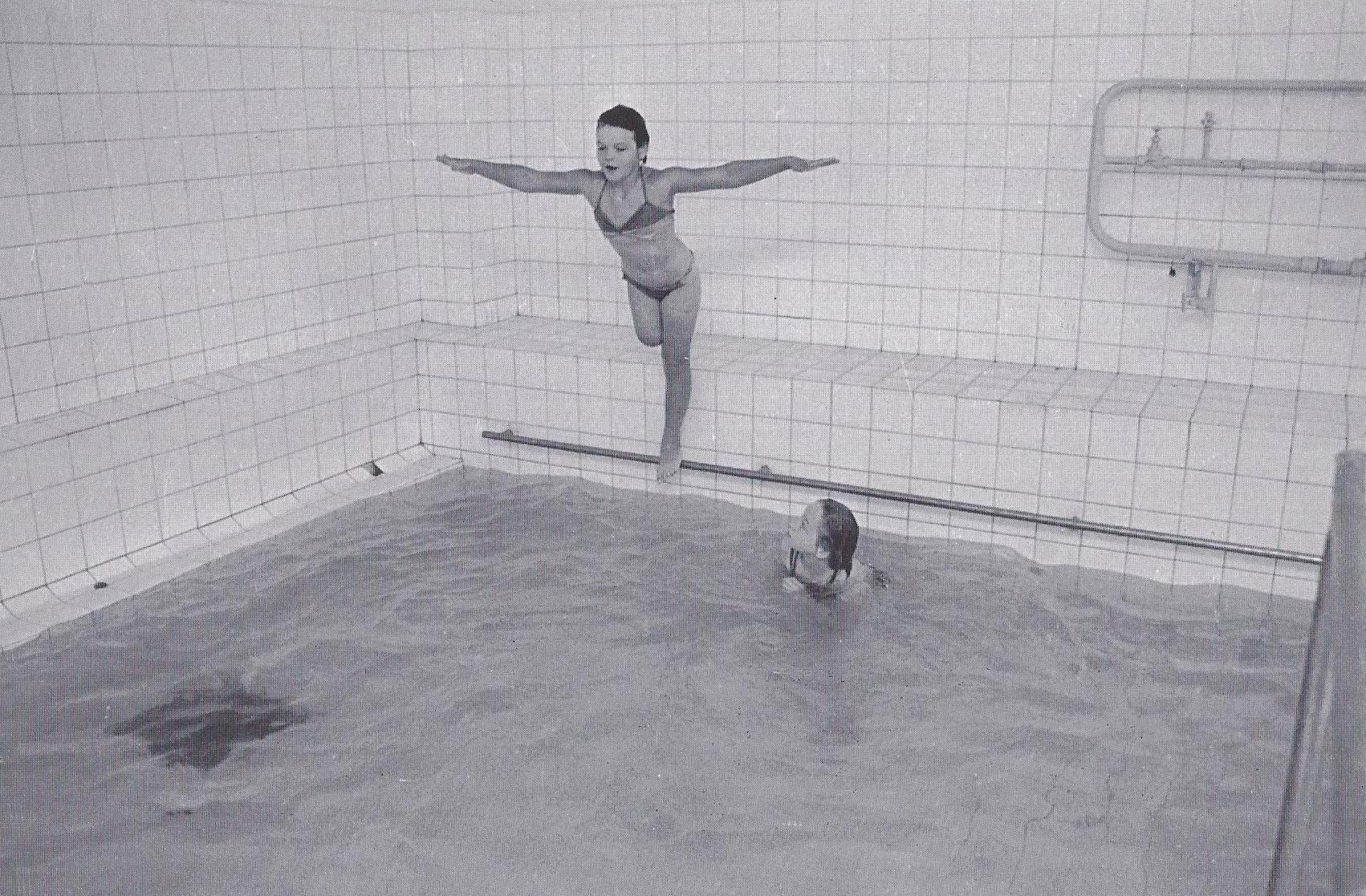 """""""Ich lerne schwimmen."""" Valya im Schwimmbad während der Rehabilitation nach der Operation. (1995)"""