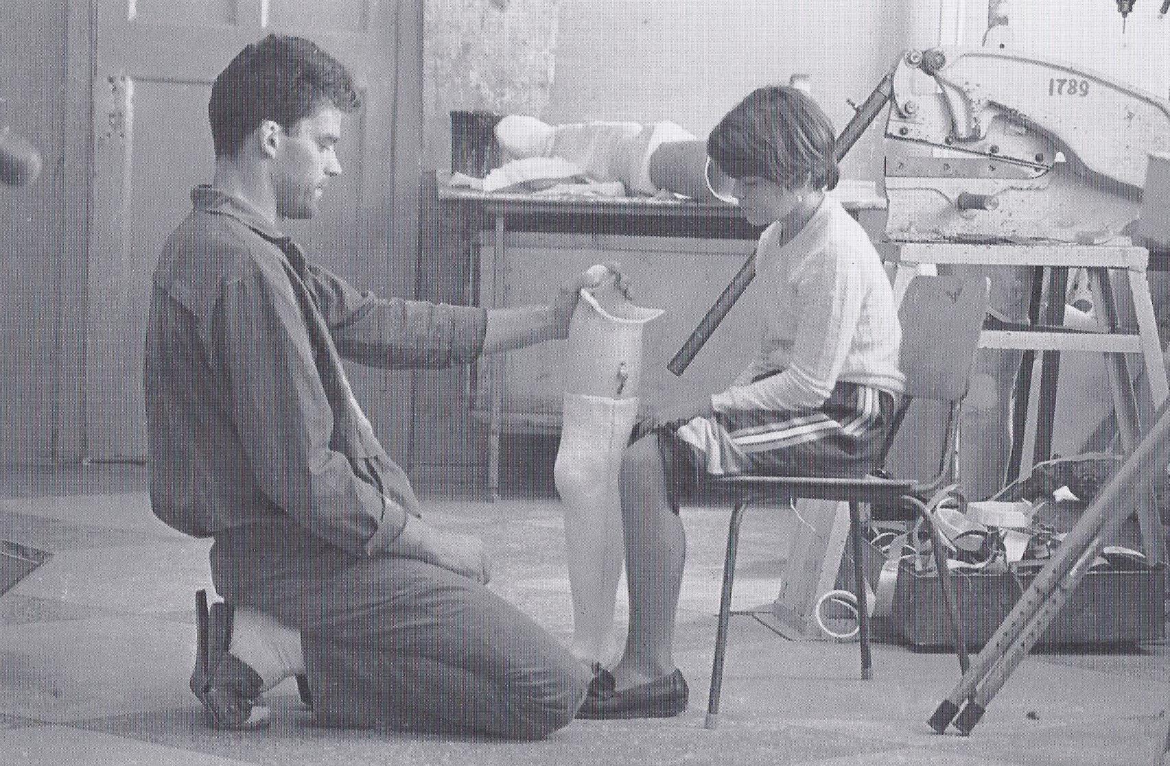 Valyas Prothese ist fast fertig. Prothesenmechaniker Sergej zeigt das künstliche Bein. (1995)