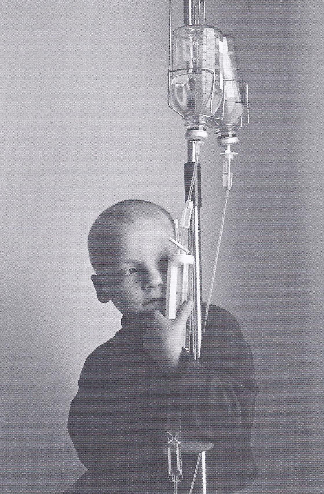 Am Tropf. Nur sechs Jahre lebte Kostya. Die letzten zwei Jahre lebte er im onkologischen Zentrum. (1997)