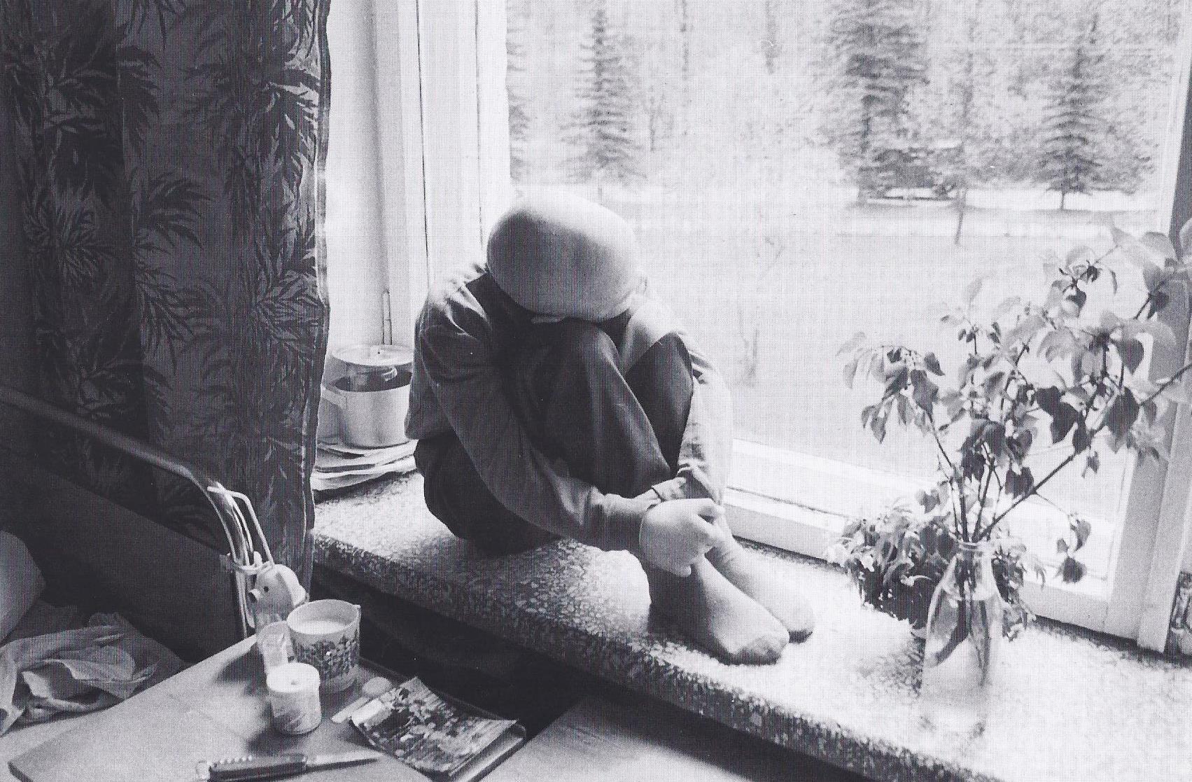 Dort ist Frühling. Der onkologisch kranke Junge Pavel am Fenster seines Krankenzimmers sehnt sich nach draußen und nach Hause. (1995)