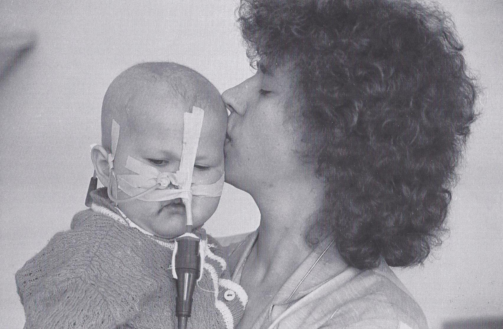 Schmerz. Katya lebte nur drei Jahre. Die Ärzte stellten fest, dass sie mit Leukämie geboren wurde. (1993)
