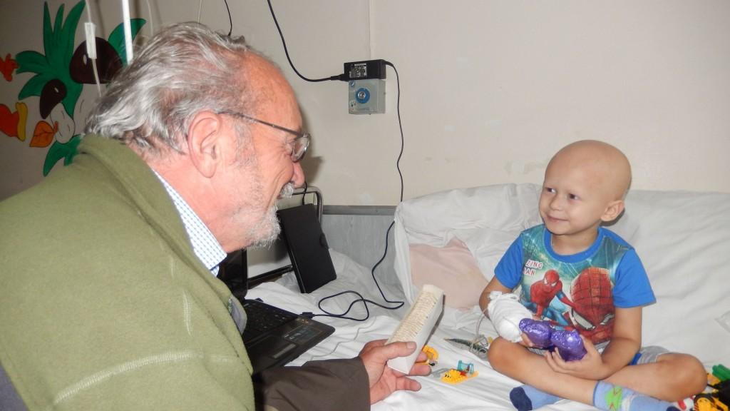 Gerhard Jalowski mit einem kleinen Patienten