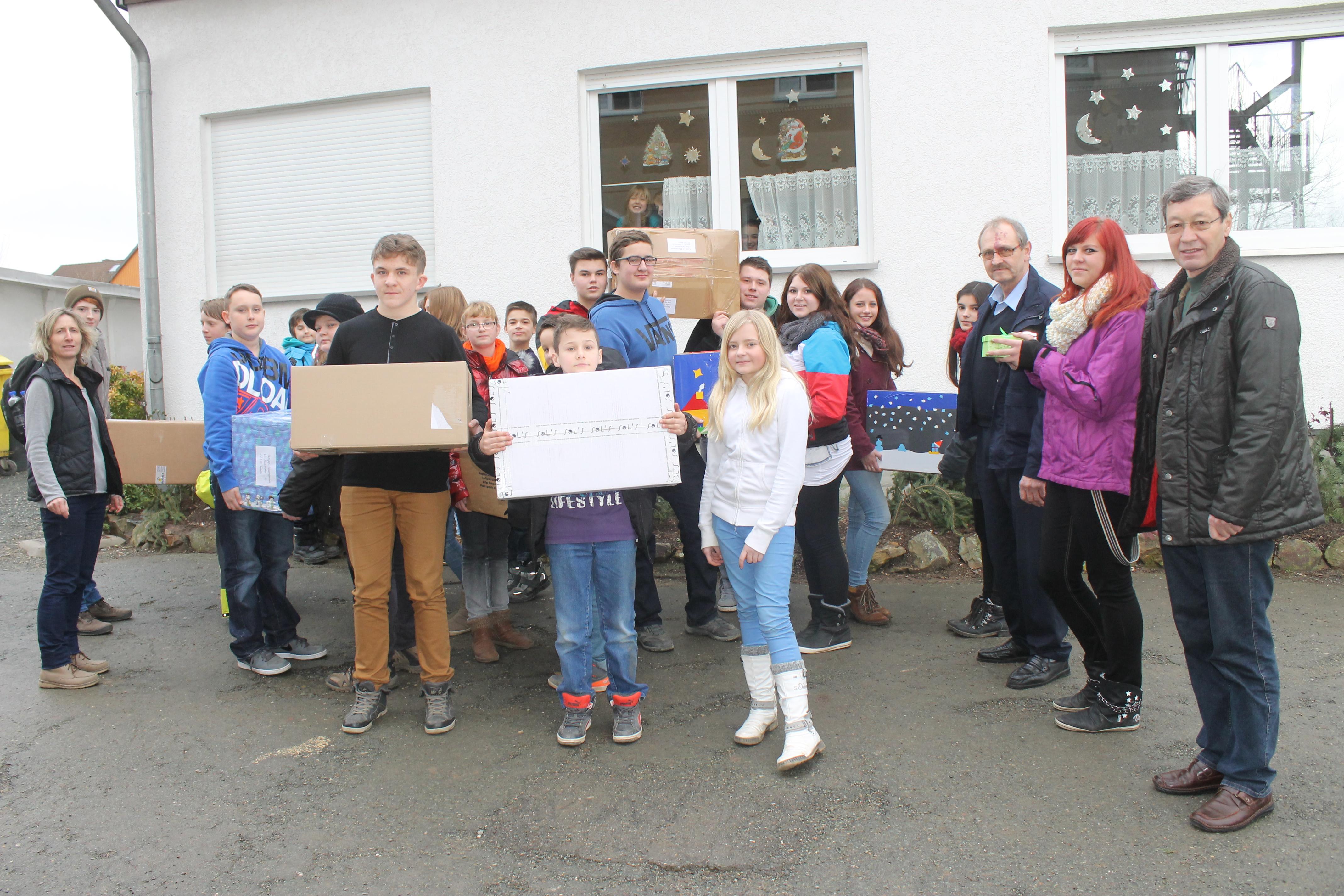 Ulrich Jetschke und Christian Wonitzki übernehmen die Familienpakete, die - wie viele Jahre schon - von Schülern der Freien Regelschule Reudnitz gepackt werden.