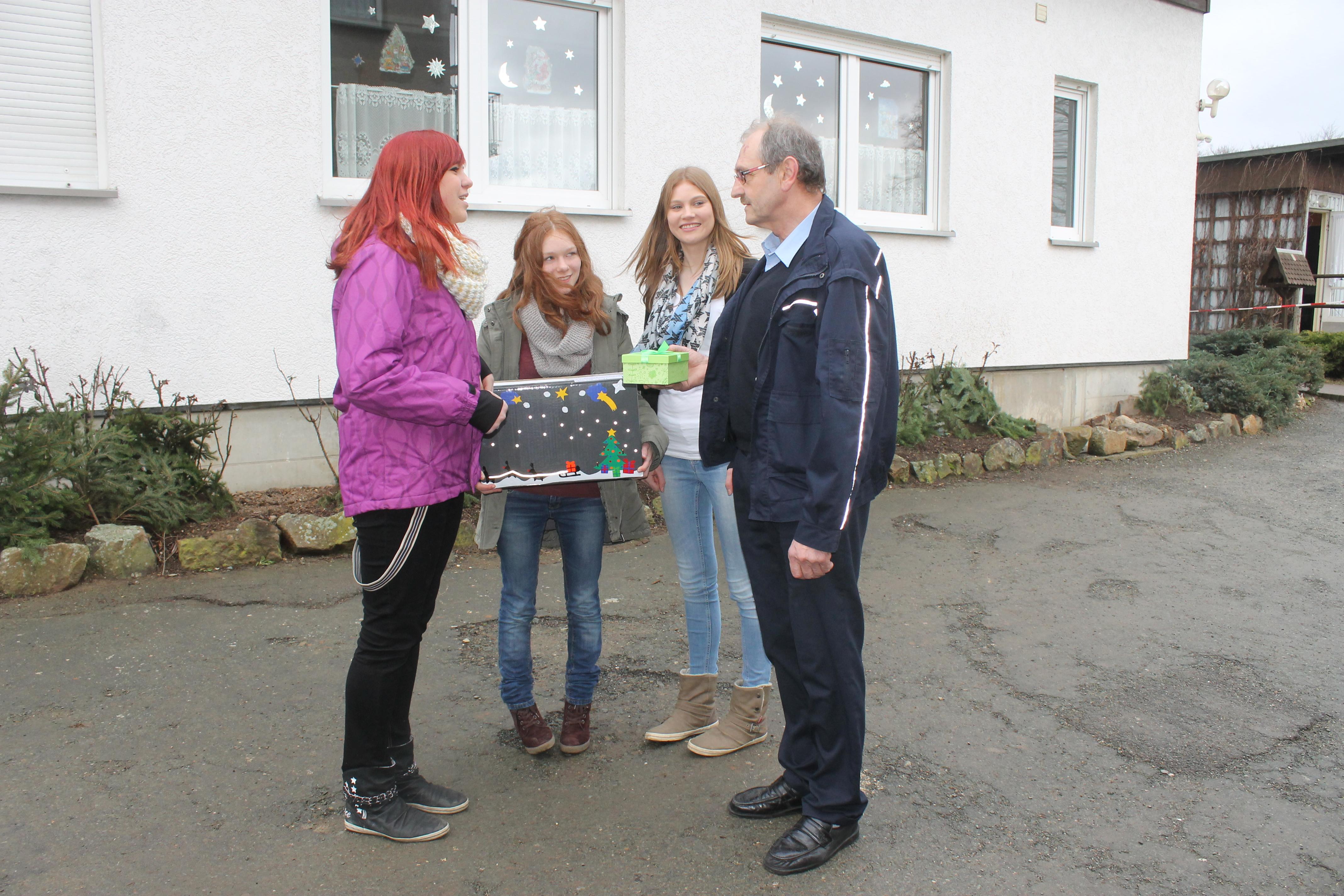 Melissa Donel, Anne Beer und Denise Zellhuber von der Freien Regelschule Reudnitz übergeben eine gesammelte Spende von 93 €.