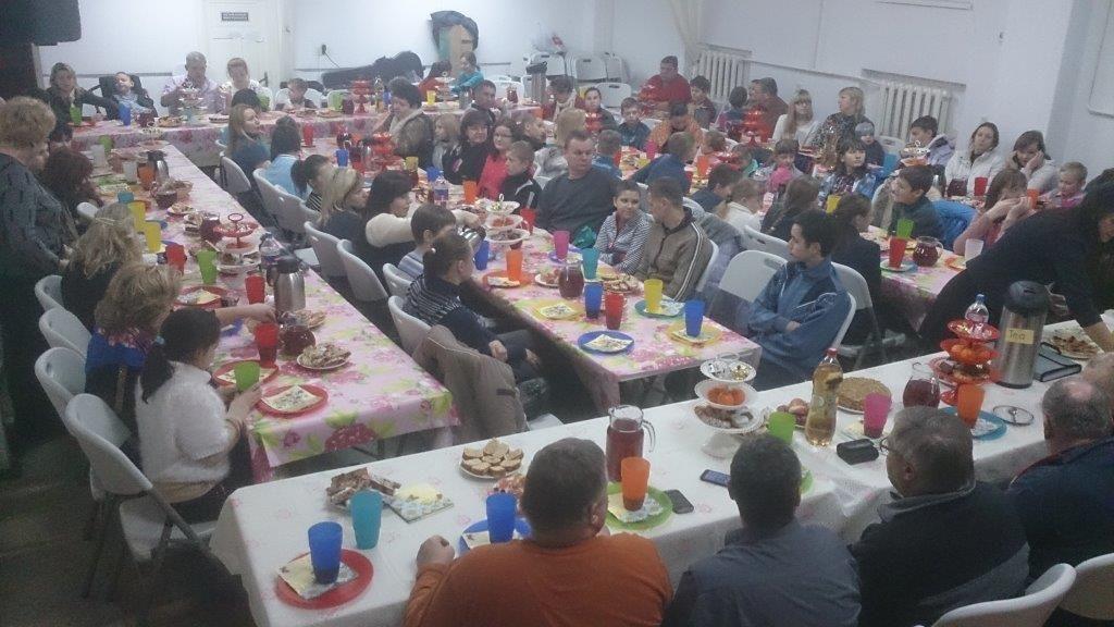 Weihnachtsfeier mit kranken Kindrn in Brest: Die Fleischerei Andreas Malz, die Bäckerei Reinhard Schulze und REWE-Marktleiter Jens Schott samt seiner Mitstreiter aus anderen Filialen spendeten die Lebensmittel und Süßigkeiten dafür.