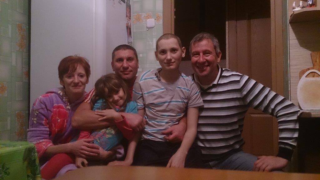 Kai Dittman (re.) mit seiner Patenfamilie Majakow. Der 17-jährige Nikita leidet an Leukämie. Wir trafen ihn im letzten Sommer in der Kinderonkologischen Klinik Minsk während der Behandlung seiner schweren Krankheit.