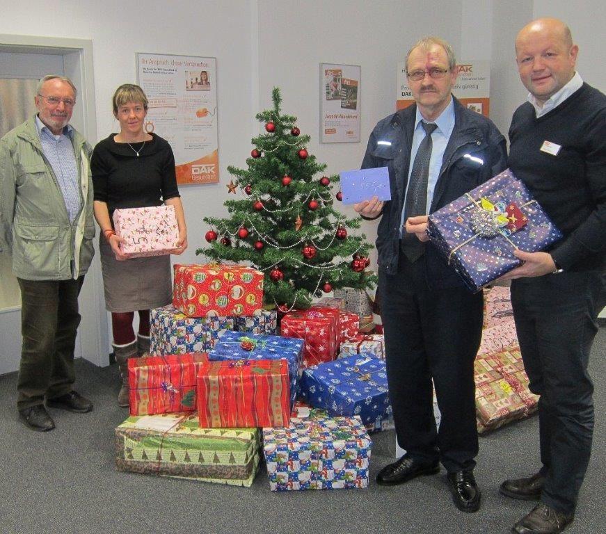 Silke Hofmann (2. von li.) sammelt in eigener Initiative Spendengelder bei verschiedenen Firmen, die wir dankend entgegen nehmen durften. Alexander Schulz (re.) organisiert jedes Jahr die Weihnachtspäckchen-Sammelaktion der DAK Greiz-Zeulenroda-Schleiz.