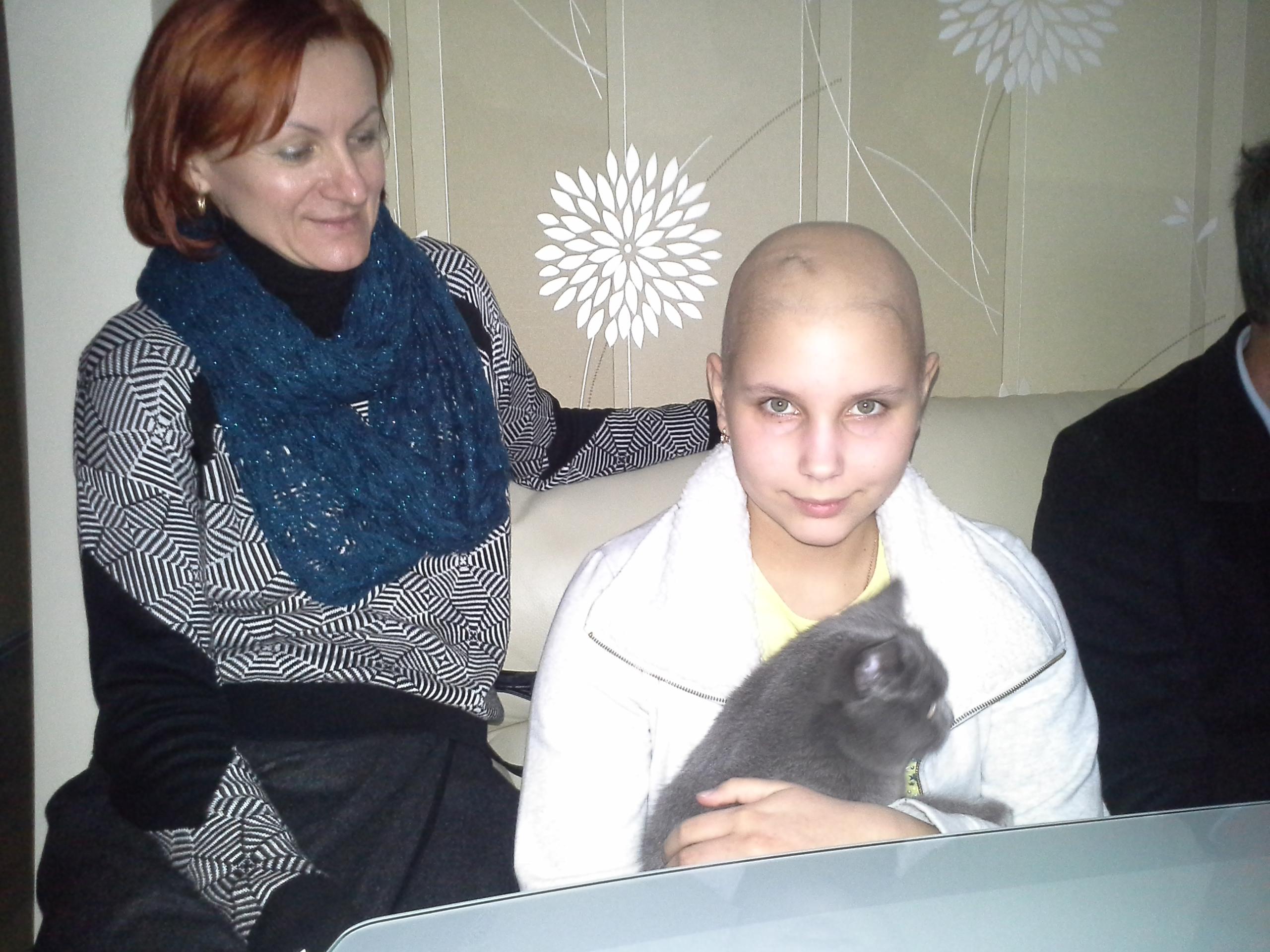 """Veronika Semenjuk musste sich in Berlin mehrfach Hirn-Operationen unterziehen. Unser Verein unterstützte sie mit einer finanziellen Spende. Auf dem Foto Veronika mit Maria Peschko, der Vorsitzenden des Vereins """"Kinder in Not"""", Brest."""