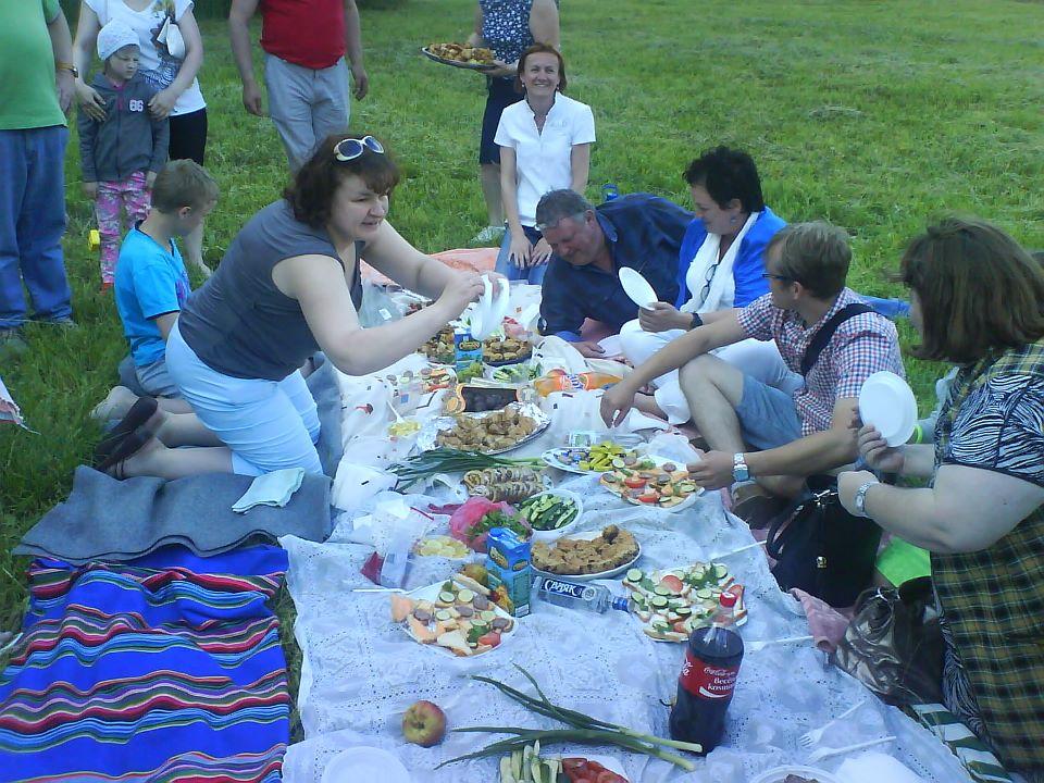 Die Gruppe aus Iwansewitschi empfängt uns zum Picknick. Es war unser erster Besuch dort. Auch in dem Ort leben einige Familien, deren Kinder an Krebs leiden.
