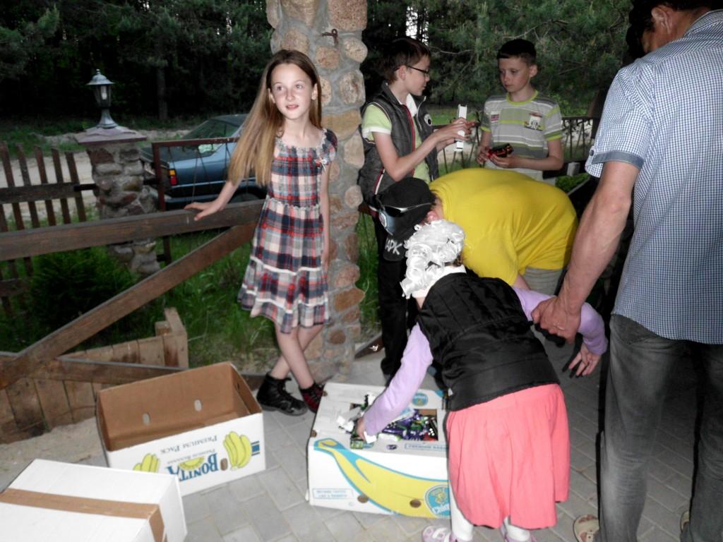 Kinder aus Kobrin freuen sich sehr über die Spielzeug-Trucks aus Greiz.