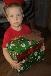 Ein Geschenkpaket aus der Aktion der DAK Greiz findet einen Besitzer