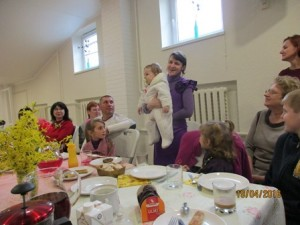 Im Gemeinderaum der Baptistenkirche treffen sich Eltern mit mit ihren kranken Kindern