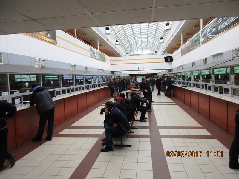 In der riesigen Schalterhalle an der weißrussischen Grenze - in der Regel dauern  Kontrollen und Abfertigung 12 Stunden