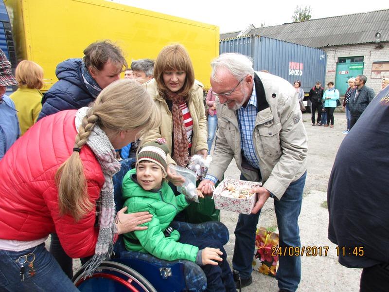 Abschied auch von einem behinderten Kind der Gruppe um Oksana, mit Gerhard Jalowski.