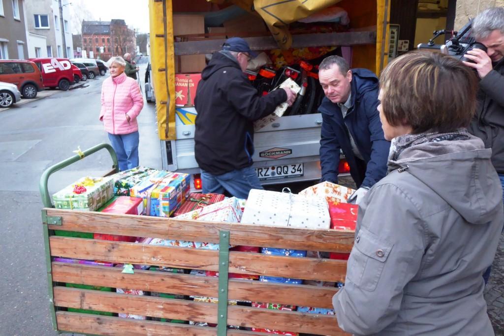 Jens Schott beim Verladen der Spenden seiner REWE-Märkte