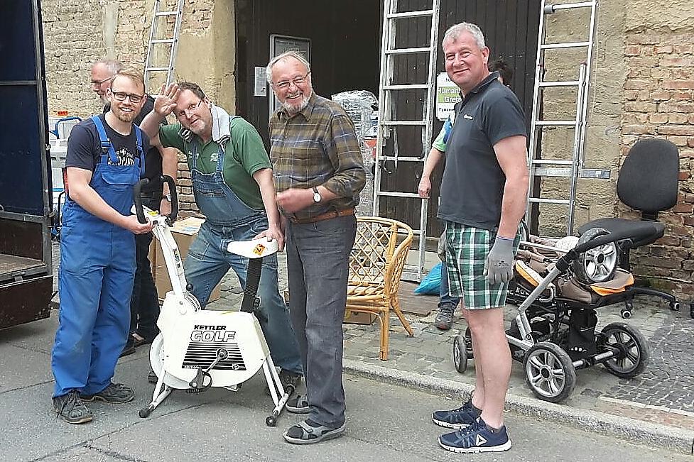 Beste Stimmung bei letzten Ladearbeiten in Greiz v.li.: Benny und Mario Dittrich, Gerhard Jalowski, Kai Dittmann)