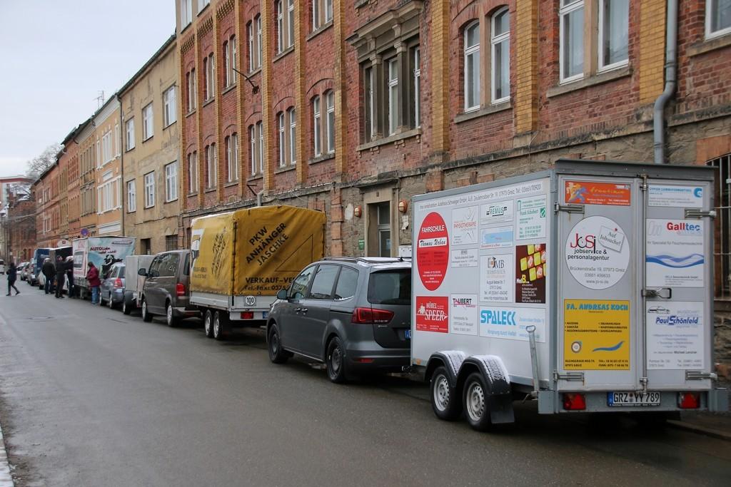 Der Tour-Konvoi - bestehend aus sechs Fahrzeugen mit Anhängern