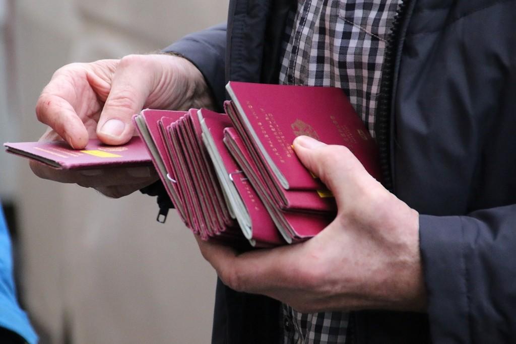 Die Pässe mit den weißrussischen Visa, erteilt von der Botschaft in Berlin, werden ausgeteilt