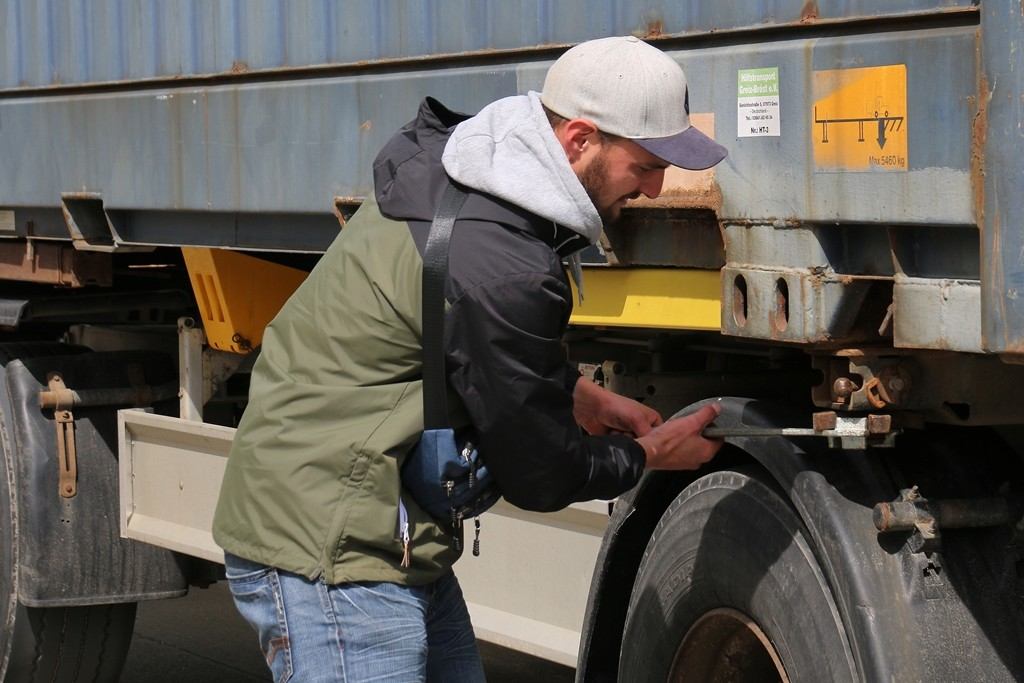 Tom Knüpfer kontrolliert nochmals die Verriegelungen der Container