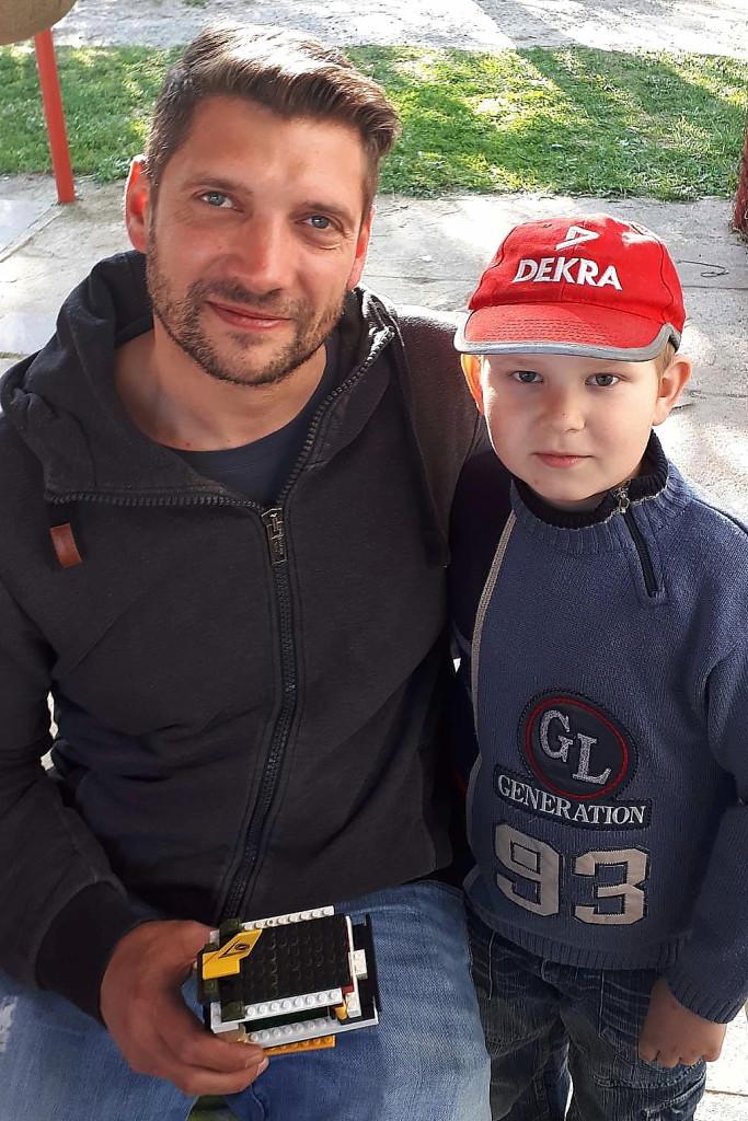 Ein Geschenk wollte der kleine Junge an die deutschen Helfer überreichen - und suchte sich dafür Sebastian Sommerfeld aus.