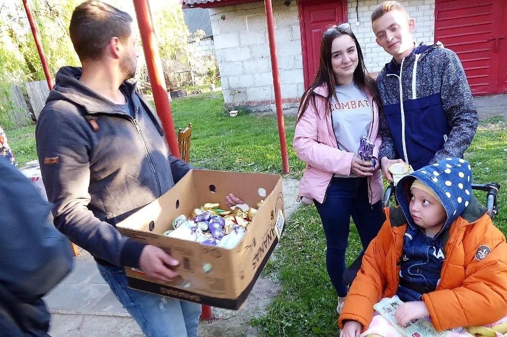 Eine Woche nach dem russischen Osterfest sind REWE-Schokoladenhasen sehr willkommen - hier auch bei einem schwerbehinderten Kind.