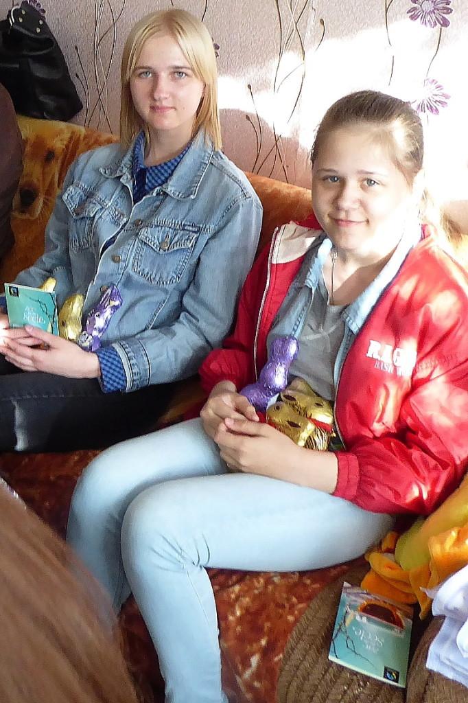 Bereits im September 2017 besuchten wir die Familie Kalenik in Berjosa (s. unser Bericht). Tochter Polina freut sich über mitgebrachte Süßigkeiten.