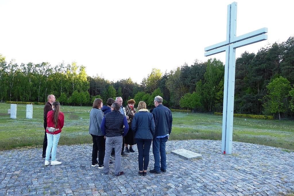 Gemeinsam mit weißrussischen Freunden besucht unser Team das Ehrenmal für im Zweiten Weltkrieg gefallene deutsche Soldaten in Berjosa.