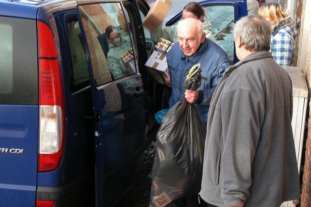 Anlieferung am Lager in der Oßwaldstraße. Dieter Engler mit Textiliensäcken, die von unseren Frauen sortiert und verpackt werden.