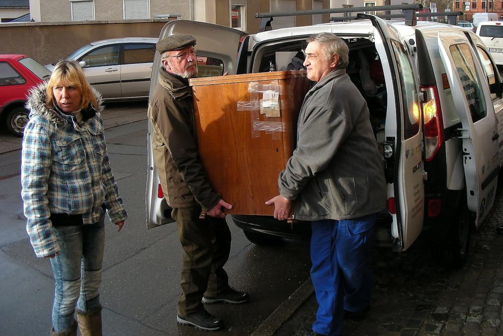 Gerhard Jalowski und Kurt Schöppe schaffen Möbel zur Zwischenlagerung ins Lager.