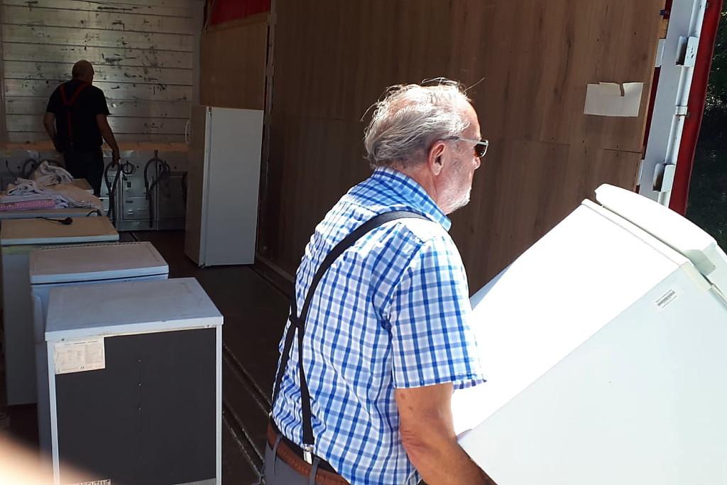 In Wünschendorf verladen wir eine große Anzahl gebrauchter Waschmaschinen und Kühlschränke, hier Gerhard Jalowski.