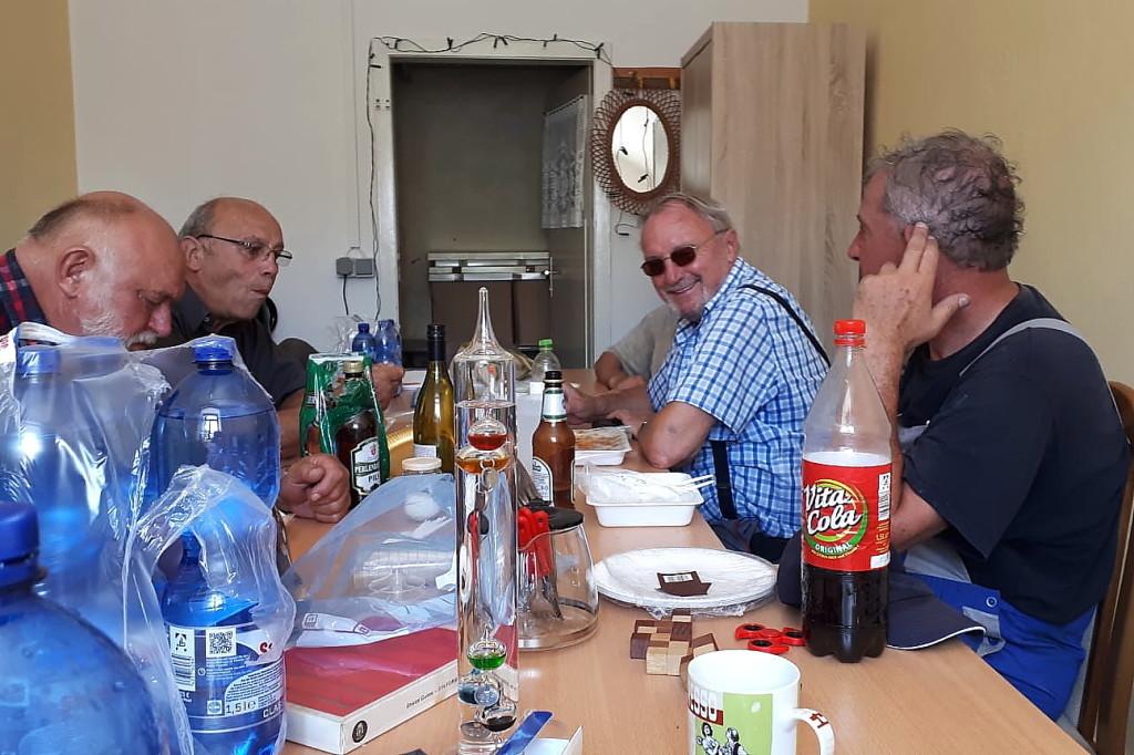 Gemeinsamer Imbiss nach getaner Arbeit, v.l.: Winfried Gerth, Herr Schott, Gerhard Jalowski, Kai Dittmann.