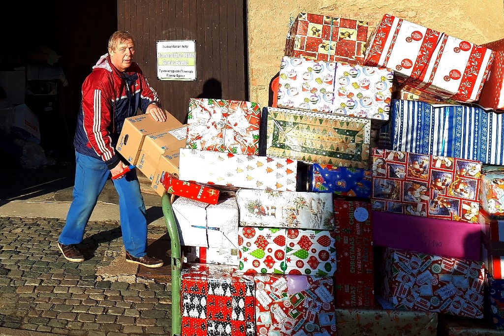 Am Neujahrstag dabei ist auch Klaus Penzold. Viele persönliche Pakete werden verladen.